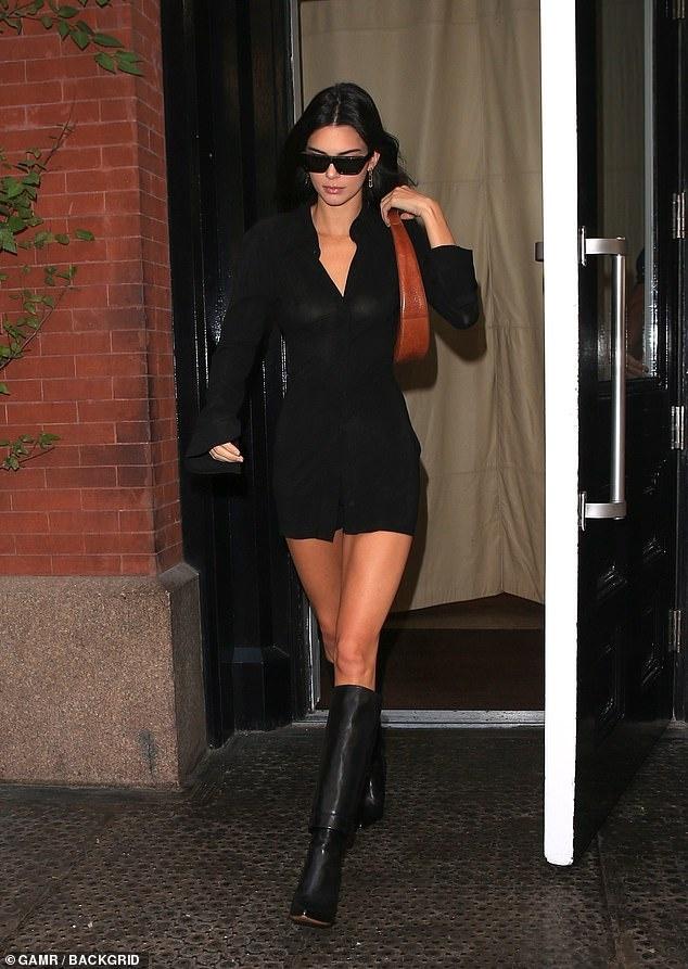Kendall Jenner sexy lan at chi gai Kim Kardashian khi xuong pho hinh anh 2