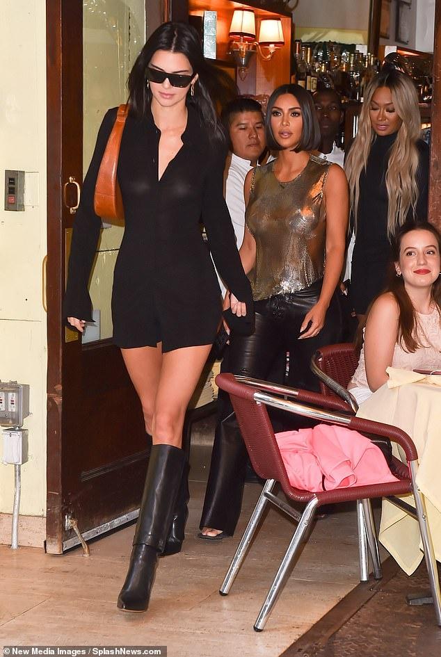 Kendall Jenner sexy lan at chi gai Kim Kardashian khi xuong pho hinh anh 1