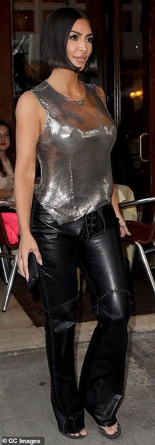Kendall Jenner sexy lan at chi gai Kim Kardashian khi xuong pho hinh anh 6