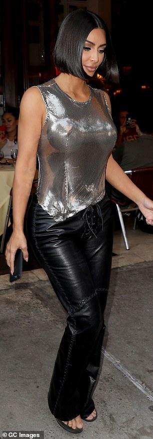 Kendall Jenner sexy lan at chi gai Kim Kardashian khi xuong pho hinh anh 7