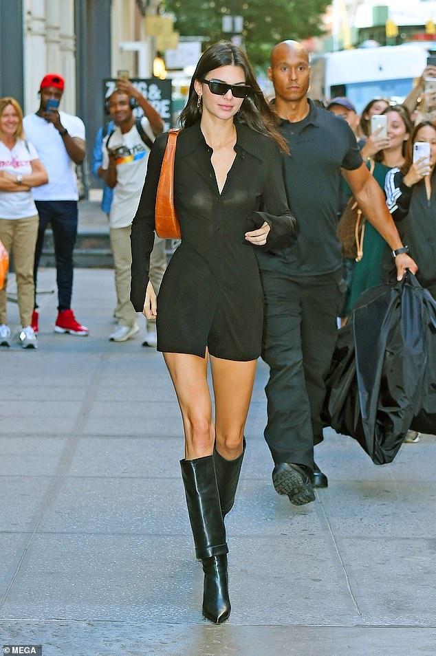 Kendall Jenner sexy lan at chi gai Kim Kardashian khi xuong pho hinh anh 3