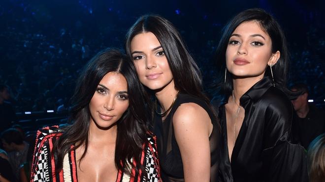 Kendall Jenner sexy lan at chi gai Kim Kardashian khi xuong pho hinh anh 8