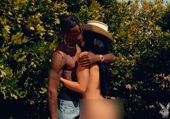 Kylie Jenner dang anh khoa than, om hon ban trai hinh anh 1