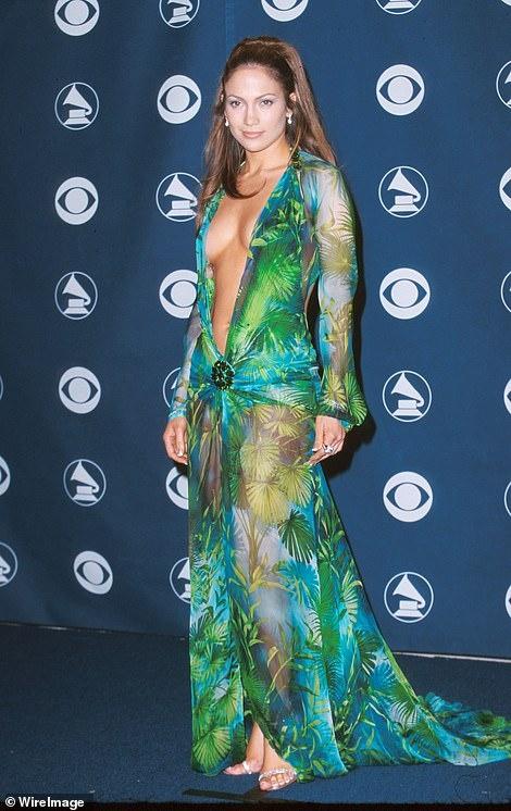 Jennifer Lopez mac vay xe sau toi bung tren san khau hinh anh 2