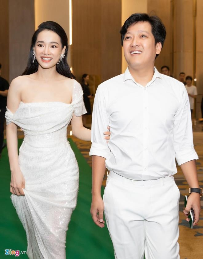 Truong Giang danh dan, vui ve ben Nha Phuong ky niem mot nam ngay cuoi hinh anh 3