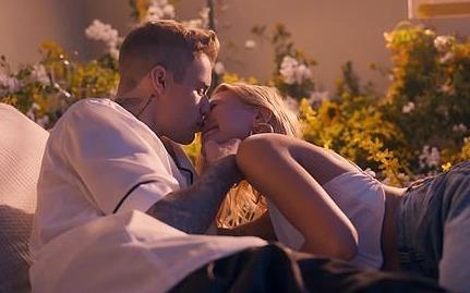 Justin Bieber lien tuc hon vo Hailey trong MV moi hinh anh