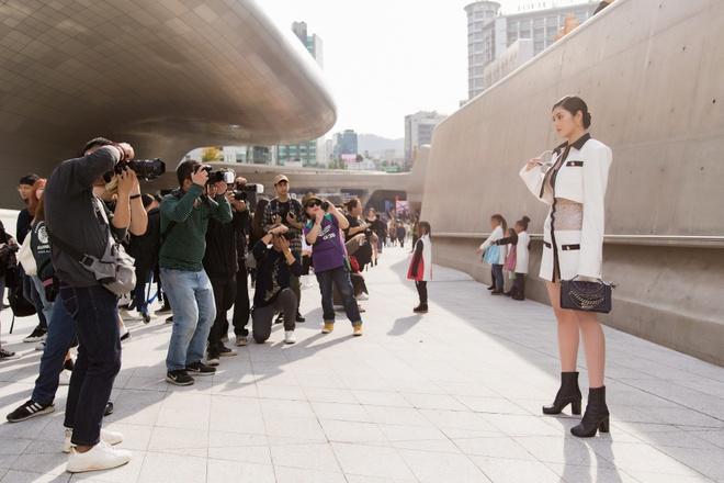 Khong Tu Quynh, Huynh Tien tha dang tai Seoul Fashion Week hinh anh 4