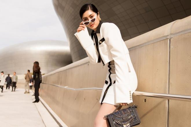 Khong Tu Quynh, Huynh Tien tha dang tai Seoul Fashion Week hinh anh 1