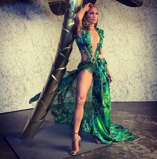Jennifer Lopez lo mieng dan nguc voi dam ho hinh anh 10