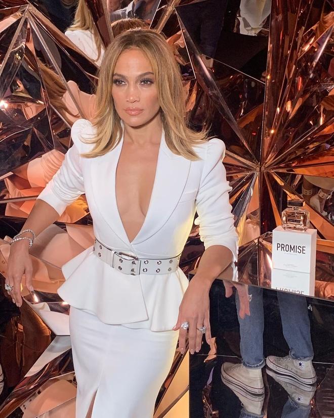 Jennifer Lopez lo mieng dan nguc voi dam ho hinh anh 7