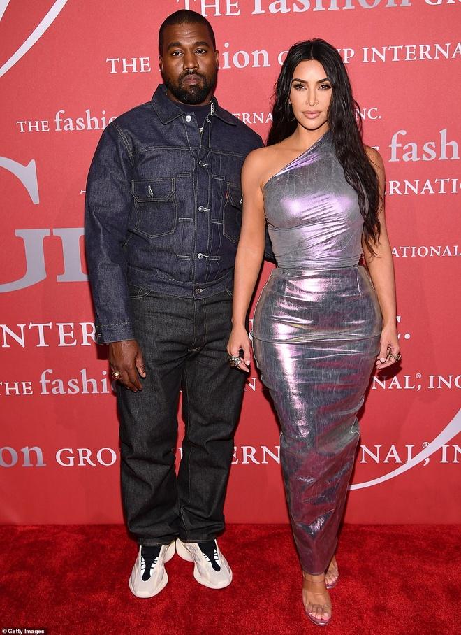 Kim Kardashian ton vong mot day dan voi dam om sat hinh anh 6