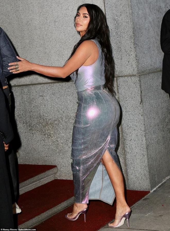 Kim Kardashian ton vong mot day dan voi dam om sat hinh anh 9
