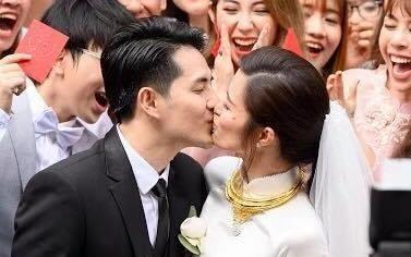 Dong Nhi - Ong Cao Thang hon nhau trong le an hoi hinh anh