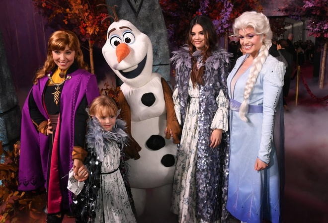 Selena Gomez hon em gai 6 tuoi tren tham do 'Frozen 2' hinh anh 7