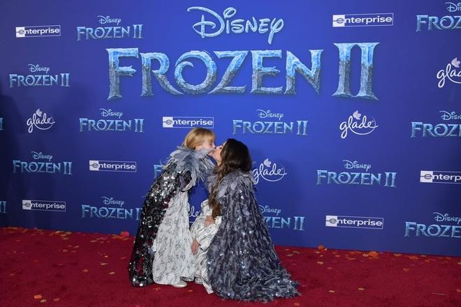 Selena Gomez hon em gai 6 tuoi tren tham do 'Frozen 2' hinh anh 3