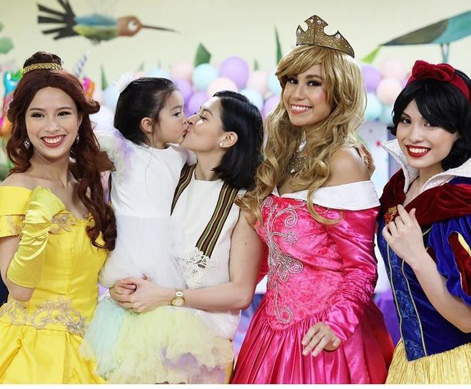 Mẹ conRivera chụp ảnh cùng các người mẫu hóa thân thành nhân vật hoạt hình trong tiệc. Theo truyền thông Philippines, con gái diễn viên 8X được cha mẹ giáo dục kỹ lưỡng. Bé Zia được cho đi du lịch nhiều nơi để trải nghiệm cuộc sống nên không sợ người lạ. Zia cũng nói tiếng Anh tốt và còn được học tiếng Tây Ban Nha.