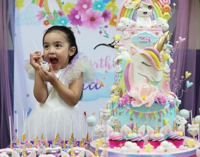 Con gái của diễn viên Philippines tên thật làMaria Letizia Dantes, gọi tắt là Zia. Trong tiệc sinh nhật, cô bé mặc bộ đầm trắng và tỏ ra vui vẻ trước không gian được trang trí như truyện cổ thích, với chiếc bánh kem khổng lồ và những món quà dễ thương.