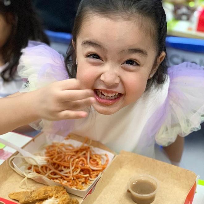 Bé Zia vui vẻ thưởng thức món ăn trong buổi tiệc. Những khoảnh khắc nhắng nhít của cô bé 4 tuổi thu hút sự chú ý lớn từ dân mạng.