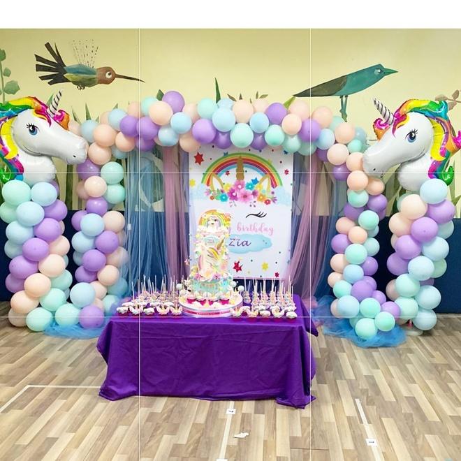 Hàng năm, Rivera luôn làm tiệc mừng tuổi cho con gái nhưng quy mô nhỏ, ấm cúng. Năm nay, cô trang trí không gian ngập tràn bong bóng và bánh kem nhiều màu sắc theo đúng sở thích của bé Zia.