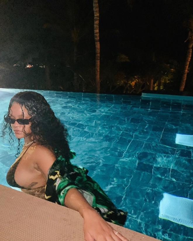 Rihanna mac bikini khoe vong mot ngoai co hinh anh 2