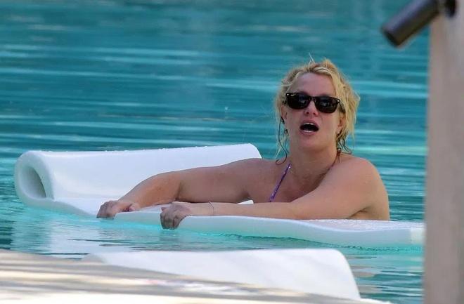 Britney Spears dien bikini ben tinh tre hinh anh 3