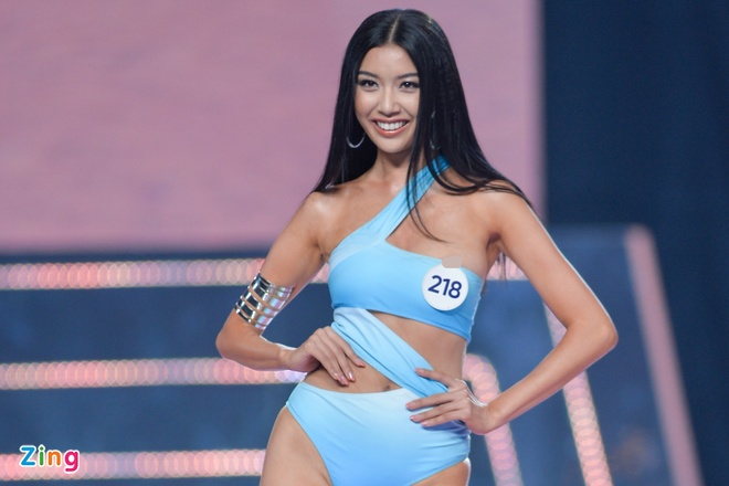 Thuy Van lo nguc khi dien bikini tren song truc tiep hinh anh 1