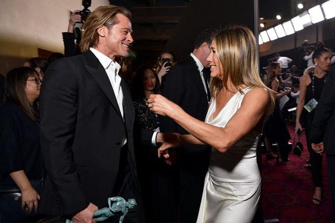Brad Pitt nam tay vo cu Jennifer Aniston hinh anh 1 nam_tay.jpg