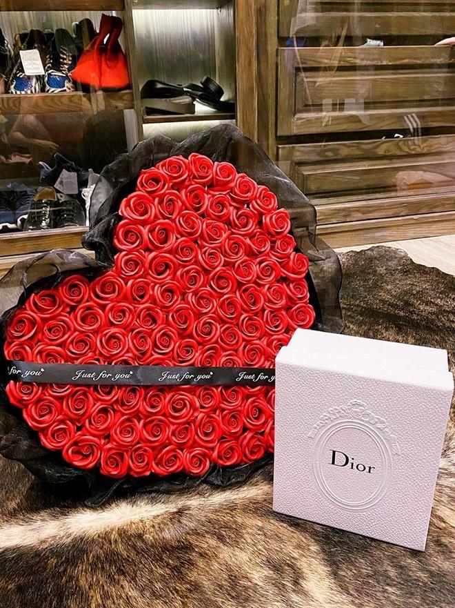 Sao Viet khoe hang hieu, hoa hong duoc tang ngay Valentine hinh anh 2 86353065_2054479264696618_4476122372230873088_o.jpg
