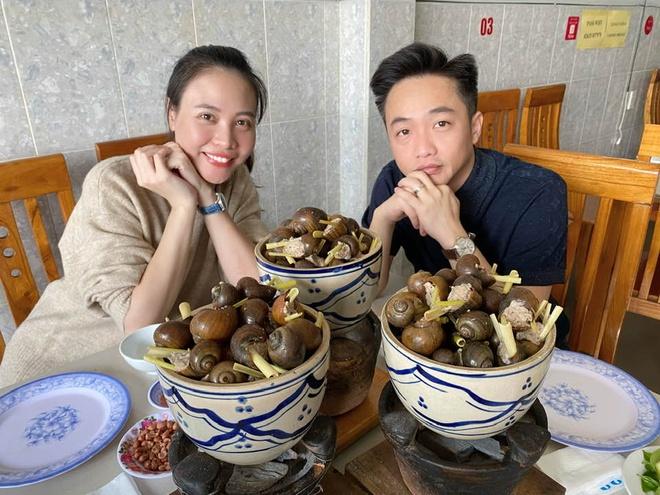 Trong khi đó, Cường Đô La - Đàm Thu Trang đón Valentine ở Đà Lạt. Bộ đôi cùng đi ăn ốc, tận hưởng cái lạnh lãng mạn của thành phố nghìn hoa. Đây là năm đầu họ đón lễ tình nhân với tư cách vợ chồng.