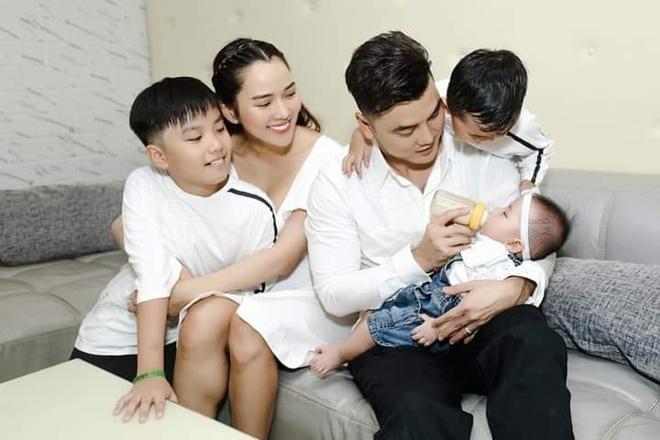 Ưng Hoàng Phúc - Kim Cương và các con mặc đồ ton-sur-ton, quây quần bên nhau vui vẻ.