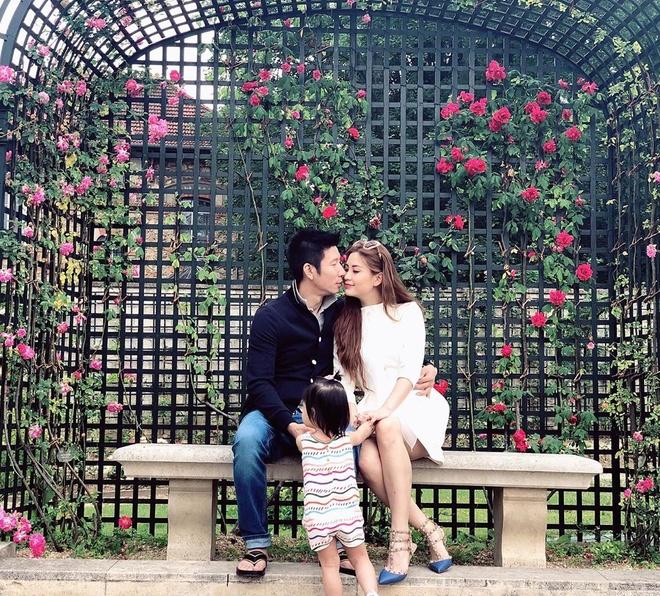 Á hậu Diễm Trang ở xa chồng ngày Valentine. Song, cô đăng ảnh môi kề môi chồng và kể: