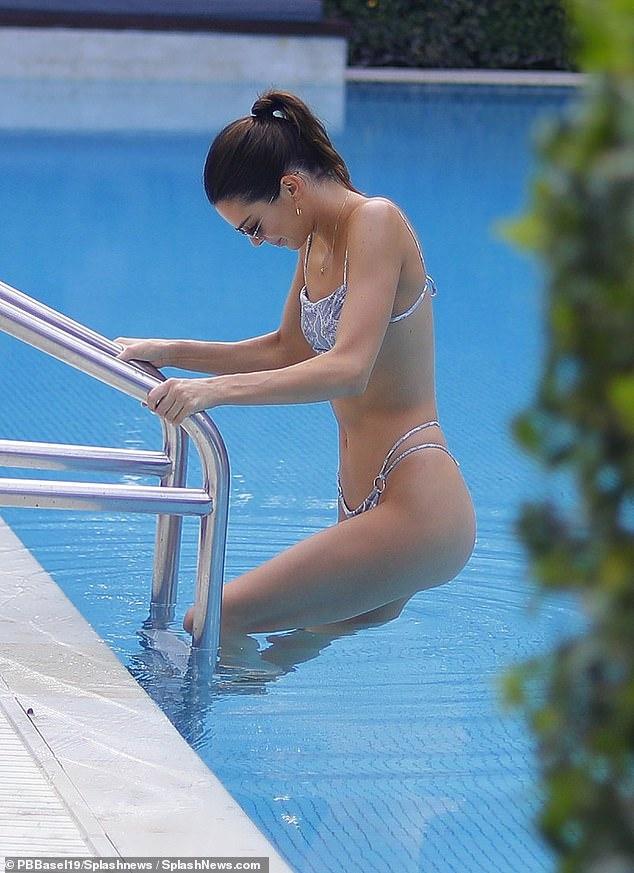 Xu huong dien bikini cua my nhan quoc te hinh anh 3 21851306_7758753_image_a_28_1575535471262.jpg