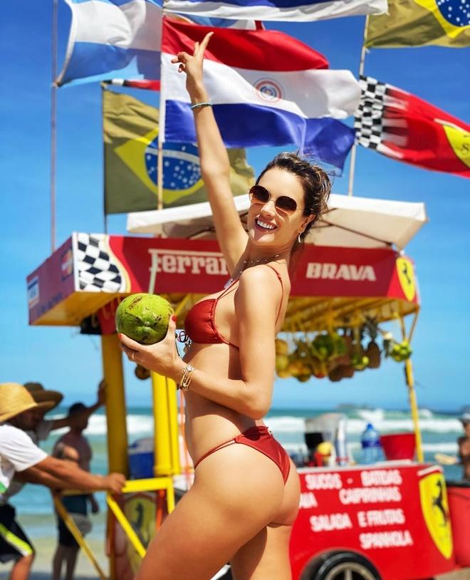 Xu huong dien bikini cua my nhan quoc te hinh anh 13 alessandraambrosio_79974985_152341232731143_7309272699028411098_n.jpg