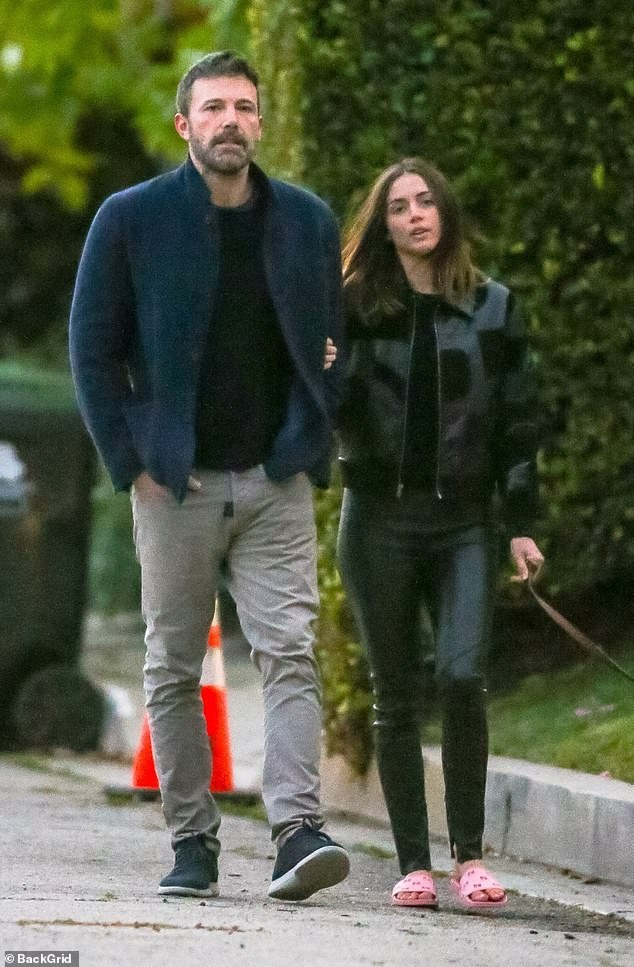 Ben Affleck hon ban gai kem 16 tuoi hinh anh 5 26325396_8145597_Living_together_The_couple_have_been_holed_up_at_Ben_s_Pacific_P_m_109_1585026867404.jpg