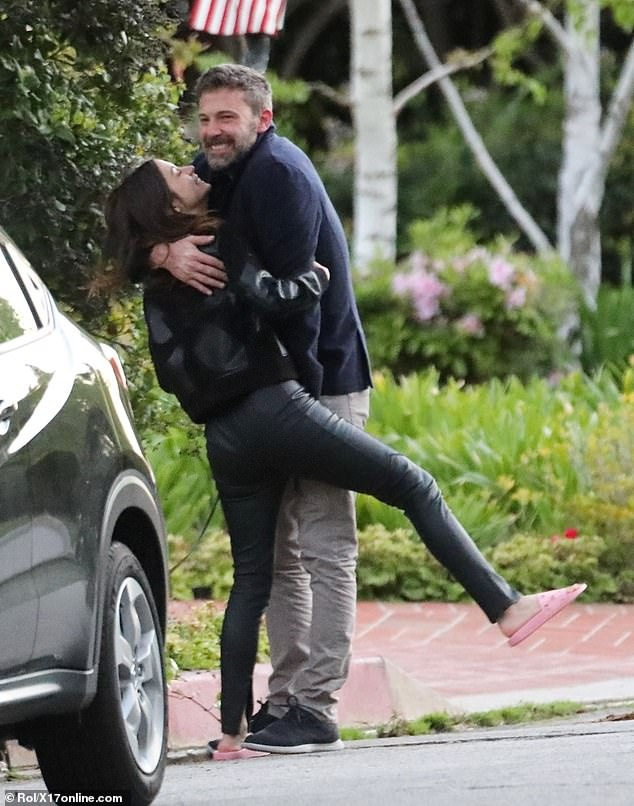 Ben Affleck hon ban gai kem 16 tuoi hinh anh 2 26326470_8145597_Living_together_The_couple_have_been_holed_up_at_Ben_s_Pacific_P_m_101_1585025490886.jpg
