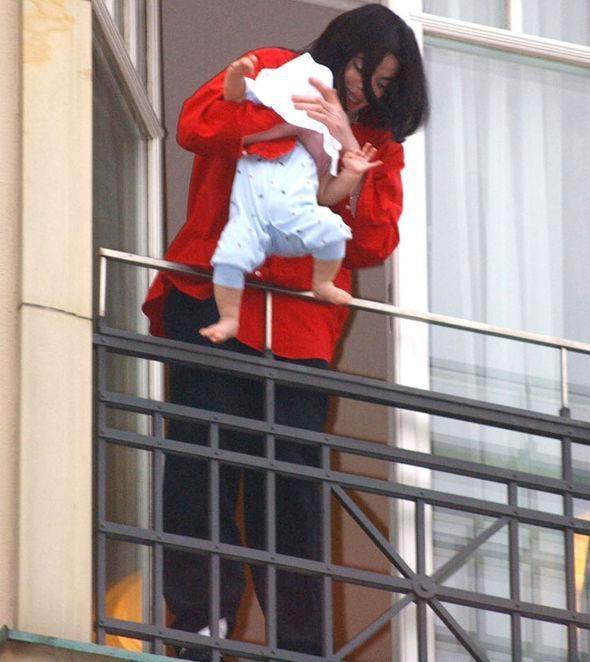Con trai Michael Jackson o an sau khi bo mat hinh anh 2 thelegendwasdevastatedafterdanglingblanketovertherailinginberlin462105.jpg
