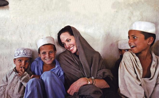 Tai sao Angelina Jolie la tieu chuan vang nhan sac the gioi? hinh anh 7 su_nghiep_chinh_tri_nu_dien_vien_angelina_jolie_06.jpg