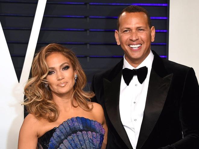 Theo ước tính mới nhất của Celebritynetworth, Jennifer Lopez - Alex Rodriguez đang nắm giữ 850 triệu USD trị giá tiền mặt cùng các bất động sản. Nhiều năm qua, giọng ca nổi tiếng thường xuyên góp mặt trong danh sách người giàu của Forbes và cô được gọi là