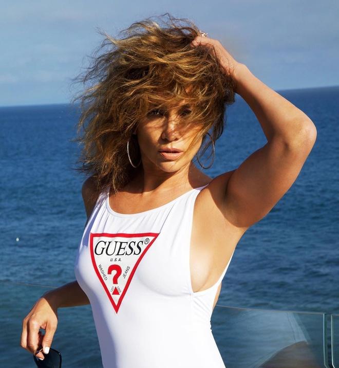 Nhờ lợi thế hình thể, Lopez liên tục trúng hợp đồng quảng cáo áo tắm. Cô vừa trở thành người mẫu đại diện cho dòng váy áo và đồ bơi Guess mùa Xuân - Hè 2020. Hơn 2 thập kỷ gia nhập showbiz, nữ ca sĩ được khen vẫn trẻ trung, không thay đổi nhiều theo thời gian. Ảnh: Instagram NV.