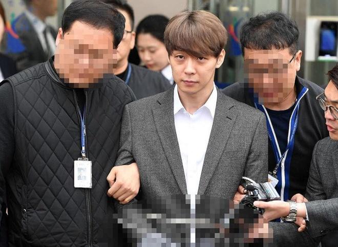 Park Yoo Chun ra toa vi khong tra boi thuong anh 1