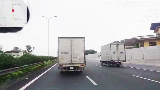 Khong nhuong duong cho xe uu tien, xe tai bi xu phat hinh anh 1