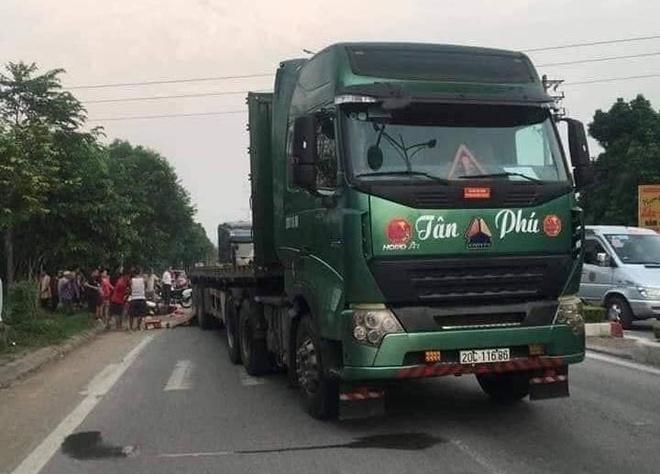 Xe container tung thuc nghiem vu Innova di lui vua tong chet nguoi hinh anh 1