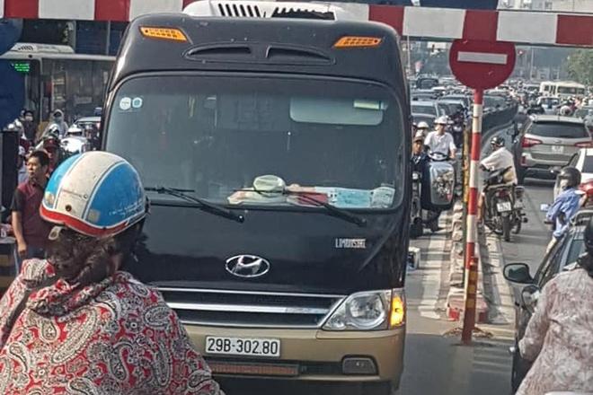 Tai xe xe khach di len cau vuot Thai Ha bi tuoc GPLX 2 thang hinh anh 1