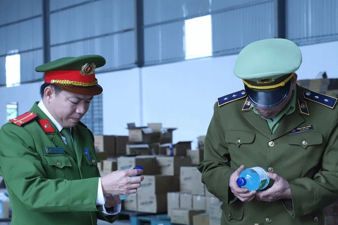 Lực lượng chức năng kiểm tra bao bì chai nước rửa tay khô của công ty. Ảnh: Công an cung cấp.