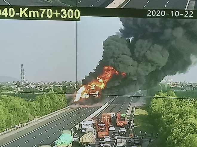Chiếc xe chở dầu bốc cháy dữ dội. Ảnh:Cao tốc Hà Nội Hải Phòng.