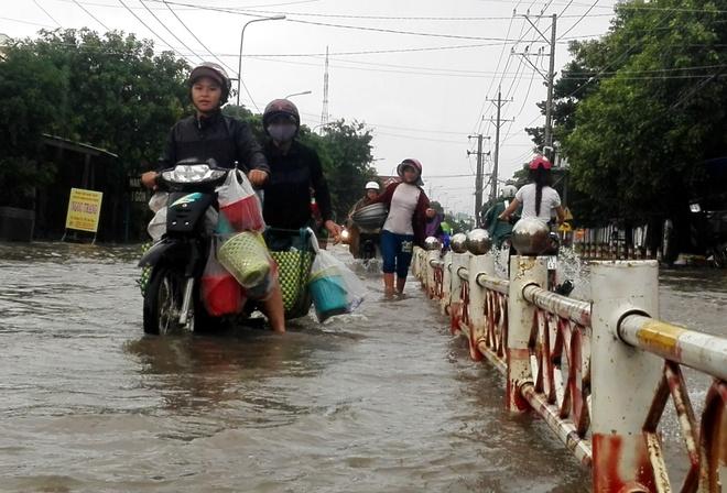 Mua lon keo dai,  nguoi dan Ninh Thuan bi bom trong nuoc anh 1