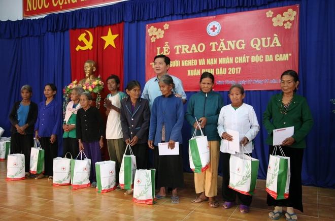 Bi thu Thang ra Ninh Thuan tang qua dan ngheo anh 1