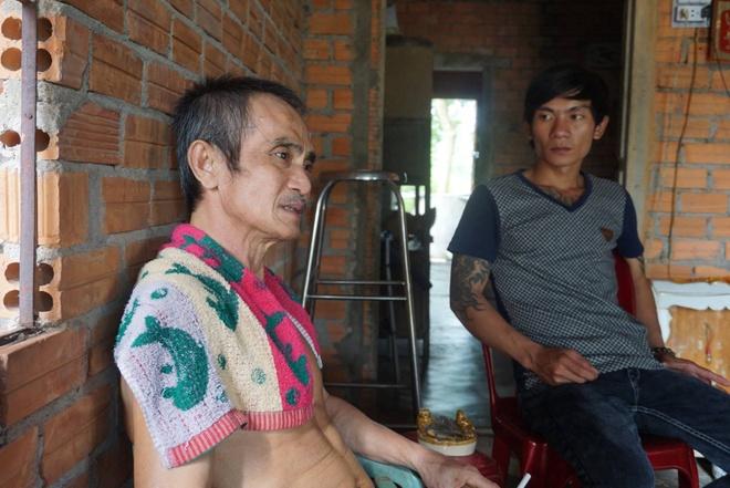 Ong Huynh Van Nen nhan tien boi thuong anh 1