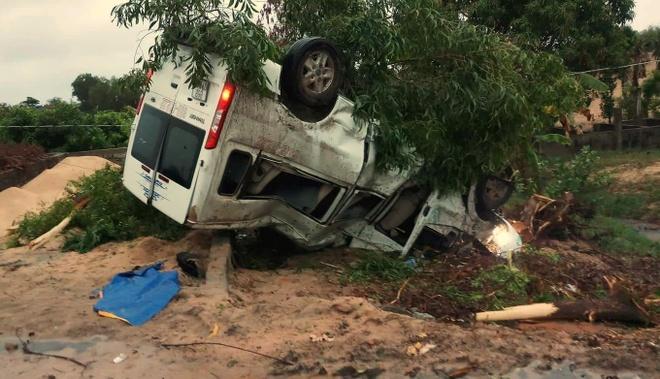Phá cửa cứu 2 người mắc kẹt trong ôtô 16 chỗ lật ngửa