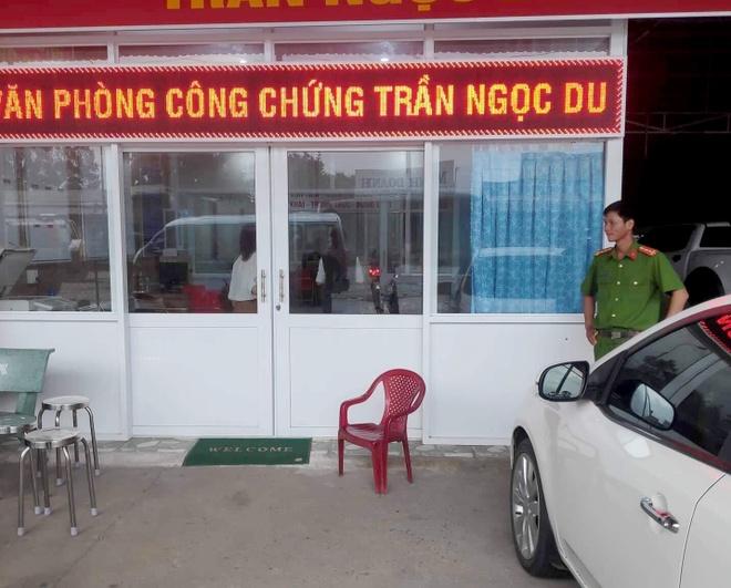 Ban chu no guc tai phong cong chung hinh anh 1